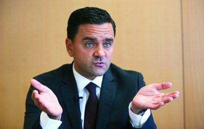 Ministro escuda-se na privatização da ANA para não assumir obras no aeroporto da Horta